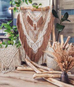 Piękna boho makrama wykonana ze sznurków w kolorach : narutalny, ciepły beż, ciepły brąz, z dodatkiem drewnianych korali. wymiary około 70x100 cm, cena 320 zł