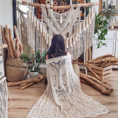 Piękna boho makrama, wykonana ze sznurka dzianego na grubej, bukowej gałęzi. Wymiary około 140x100 , 24 grube chwosty, cena 550 zł.